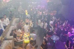 Phong tỏa 'thiên đường ăn chơi' giữa SG, cả trăm nam nữ vứt 'hàng' tháo chạy