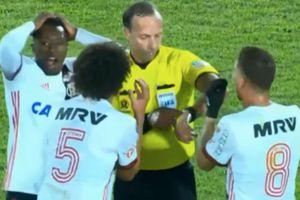 Trọng tài thổi còi kiểu 'vô duyên', đội bóng cũ của Ronaldinho mất oan trận thắng