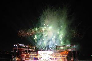 Pháo hoa rực sáng bầu trời trong đêm khai mạc Festival Huế 2018