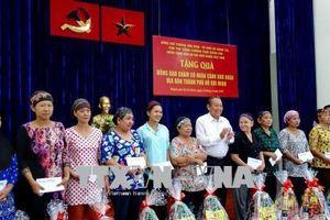 Phó Thủ tướng Trương Hòa Bình tặng quà đồng bào dân tộc Chăm có hoàn cảnh khó khăn