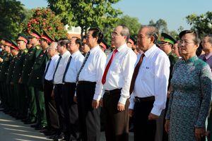Dâng hương tưởng nhớ các anh hùng liệt sĩ