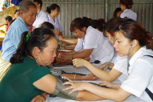 Khám bệnh, cấp thuốc miễn phí và tặng quà nhân dân hai bên biên giới Việt-Lào