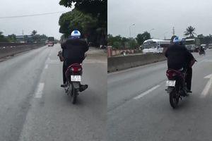 Nam thanh niên dùng chân lái xe máy trên quốc lộ bị phạt hơn 7 triệu đồng