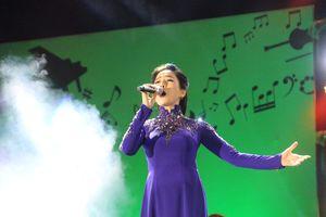Hàng ngàn người chen chân xem nhạc Trịnh tại Cố đô Huế