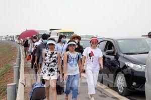 Lượng khách đổ về Cát Bà tăng đột biến khiến phà Gót ùn ứ hàng cây số phương tiện