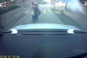 Người phụ nữ đâm thẳng vào đầu xe ô tô hòng ăn vạ