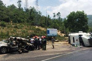 Xe container lật đè ôtô khiến hai người tử vong, phát hiện 5.500 gói shisha không rõ nguồn gốc