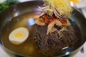 Món 'mì lạnh Bình Nhưỡng' cháy hàng ở Hàn Quốc sau cuộc hội nghị Liên Triều có gì đặc biệt?