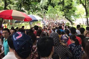 Hàng ngàn người dân Hà Nội và TP.HCM đổ xô đến các công viên vui chơi dịp 30/4