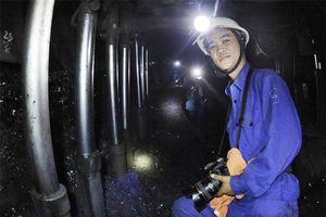 Người thợ mỏ say mê chụp ảnh đồng nghiệp
