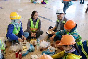 Ông chủ tịch CRTC ngồi bệt ăn cơm cùng 1.700 công nhân