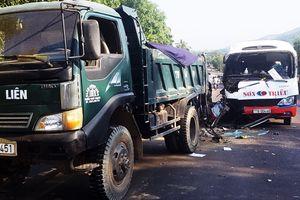 Xe khách tông vào xe tải khiến 2 cháu nhỏ tử vong