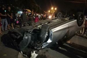 Ô tô tông liên hoàn khiến 6 người thương vong rồi lật ngửa giữa đường