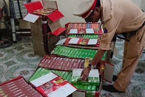 CSGT bắt 'lô' hương liệu shisha trên xe khách ra Hà Nội tiêu thụ