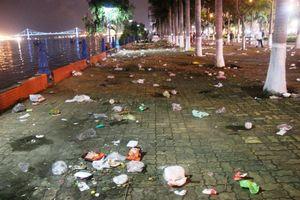 Đà Nẵng: Đường phố ngập rác sau đêm thi pháo hoa đầu tiên
