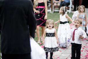 19 khoảnh khắc bất ngờ tại đám cưới khiến cô dâu chú rể dở khóc dở cười