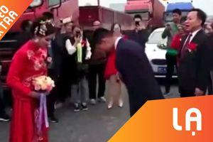 Cô dâu và chú rể 'bái đường' ngay giữa đường cao tốc tại Trung Quốc