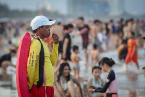 Bãi biển Đà Nẵng đông nghịt chiều cuối kỳ nghỉ lễ