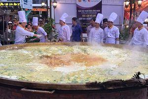30 đầu bếp cùng tham gia chế biến chiếc bánh xèo lớn nhất Việt Nam