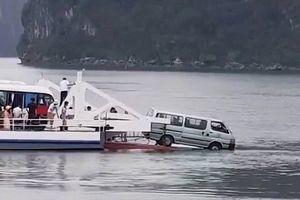 Ô tô suýt rơi xuống biển khi phà rời bến