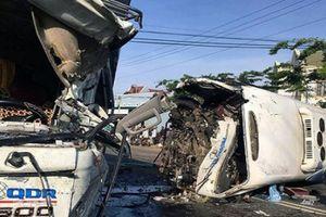 Tai nạn thảm khốc: Xe khách và xe tải đối đầu, 10 người thương vong
