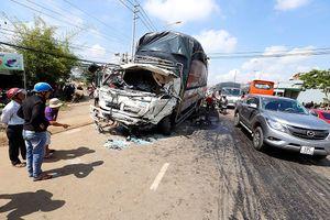 Xe khách biến dạng sau khi đối đầu xe tải, 10 người thương vong