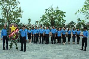 LĐLĐ tỉnh Ninh Bình: Dâng hoa và dâng hương tưởng nhớ các Anh hùng liệt sĩ