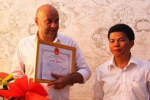 Khen thưởng du khách nước ngoài cứu 2 trẻ em trong ngôi nhà cháy