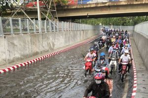Đường chui cầu Bình Triệu ngập nước do sự cố nguồn điện