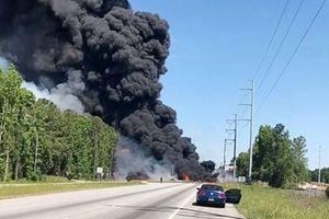 Máy bay quân sự đâm thẳng xuống đường cao tốc tại Mỹ