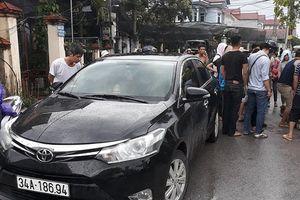 Bị tình nghi bắt cóc trẻ em, người đàn ông bị chặn ô tô đánh hội đồng