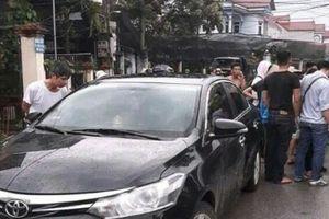 Hưng Yên: Nghi bắt cóc trẻ em, người đàn ông đi ô tô bị dân vây đánh