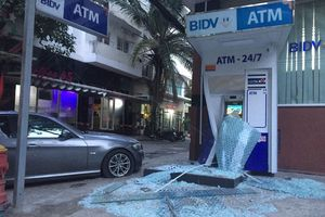 Mất lái khi ôm cua, chiếc BMW đâm nát trụ ATM