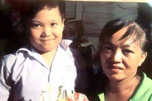 Theo mẹ đến công viên chơi, bé trai 8 tuổi mất tích bí ẩn