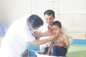 Bé trai 5 tuổi mọc lông khắp mặt sau khi tiêm corticoid liên tục