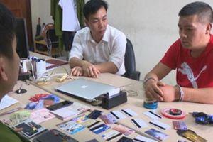 Bắt quả tang đối tượng Trung Quốc dùng thẻ giả rút trộm tiền ở cây ATM