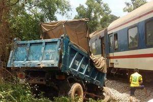 Băng qua đường sắt dân sinh, xe tải bị tàu hỏa tông nát đầu