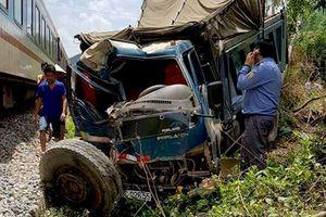 Xe tải nát đầu vì va chạm mạnh với tàu hỏa, 2 người nhập viện
