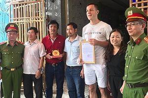 Bộ Công an khen thưởng du khách nước ngoài cứu 2 em nhỏ trong ngôi nhà bị cháy