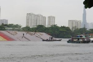 Chủ sà lan hơn 1.000 tấn lẳng lặng xử lý sau khi bị lật úp trên sông Sài Gòn