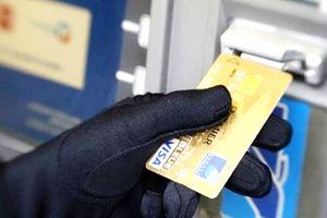 Bắt đối tượng người Trung Quốc dùng thẻ ATM giả để rút trộm tiền