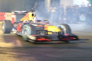 Mãn nhãn với màn drift xe của tay đua F1 David Coulthard ở Sài Gòn