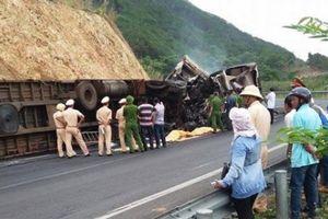Xe chở xoài đâm xe chở gỗ bốc cháy trên đèo, 2 người tử vong