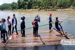 Học sinh phải bơi sông, kéo bè đến trường