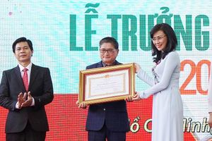 Trường Tiểu học, THCS, THPT Trương Vĩnh Ký đón nhận Huân chương Lao động hạng Nhì