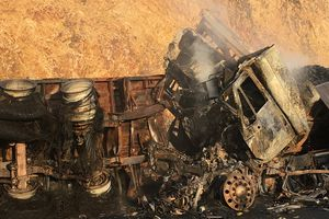 Cận cảnh hiện trường vụ xe container đâm nhau, 3 người chết cháy
