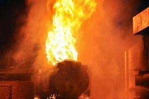 Sơn La: Xe bồn tiếp nhiên liệu bất ngờ bốc cháy ngùn ngụt
