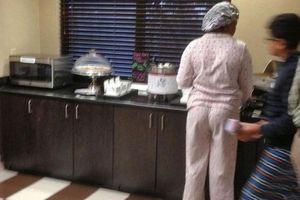 Mặc đồ ngủ ăn buffet sáng ở khách sạn, thói quen xấu xí gây phản cảm của nhiều du khách