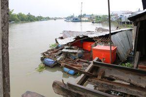 Tông sập 5 nhà dân và làm hư hỏng 2 bè cá, tài công lái sà lan bỏ trốn