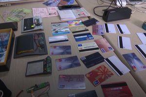 Quảng Ninh bắt người nước ngoài dùng hàng chục thẻ giả rút tiền ATM